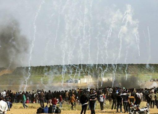 Masyarakat Palestina ketika melakukan aksi di dekat pagar perbatasan. (Foto:File AFP/Arab News)