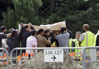 Pelayat membawa mayat seorang korban di Memorial Park Cemetery di Christchurch untuk dimakamkan.(Foto: AP/Al Jazeera)