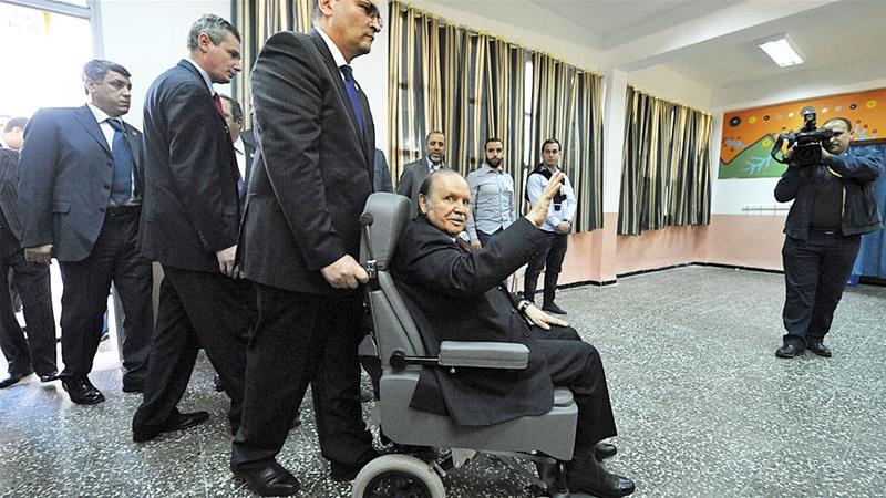 Presiden Bouteflika (di atas kursi roda) kembali ke Aljazair di tengah protes massa. Bouteflika telah memerintah selama 20 tahun dan, meskipun menderita stroke, dia tetap berambisi memimpin untuk masa jabatan kelima. (Foto: File AP/Al Jazeera)