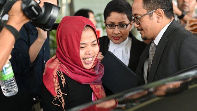 Siti Aisyah ketika meninggalkan pengadilan, di Kuala Lumpur.( Foto: AFP/BBC News)