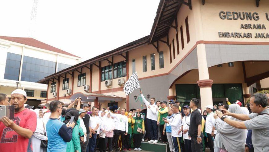 Menag Lukman Hakim Saifuddin melepas peserta jalan santai, di Bekasi, Minggu (24/3). (Foto: Website Kemenag)