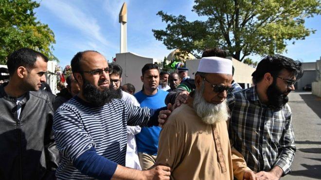 Jamaah dalam kelompok-kelompok kecil diizinkan memasuki masjid Al Noor pada Sabtu (23/3). (Foto: AFP/BBC News)