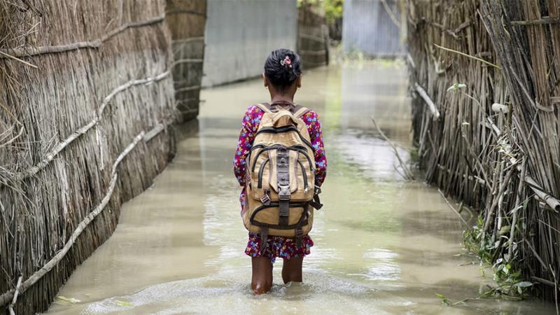 Seorang anak melintasi air (baanjir) dalam perjalanannya ke sekolah di distrik Kurigram, Bangladesh utara saat banjir pada Agustus 2016. (Foto: File Unicef/Al Jazeera)