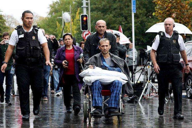Temel Atacocugu (tengah), yang selamat dari pembantaian masjid kembar 15 Maret, meninggalkan Pengadilan Distrik Christchurch, Jumat 5 April 2019 setelah tersangka pria bersenjata Brenton Tarrant, dituduh menembak mati 50 Muslim pada serangan 15 Maret di dua masjid. (AFP/Arab News)