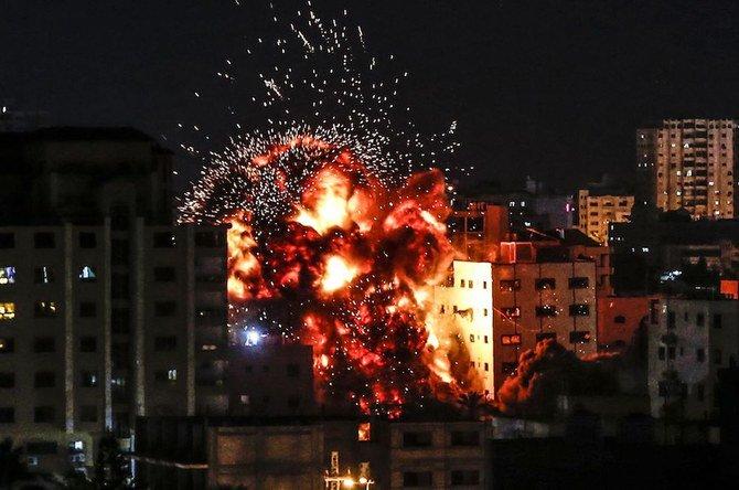 Sebuah ledakan terlihat di antara gedung-gedung selama serangan udara Israel di Kota Gaza pada hari Sabtu (4/5). (Foto: AFP/Arab News)