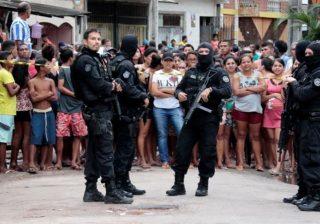 Para petugas polisi ketika tiba di lokasi serangan. (Foto: Reuters/Al Jazeera)