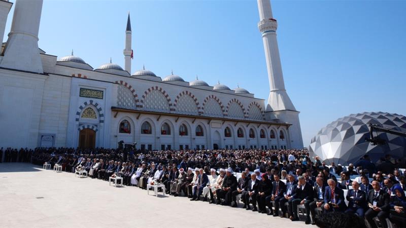 Erdogan meresmikan masjid terbesar di Turki. Masjid baru di sisi Asia Istanbul ini butuh hampir enam tahun untuk menyelesaikan (Foto: Anadolu/Al Jazeera)