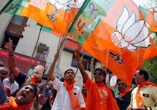 Pendukung BJP merayakan kemenangan setelah mengetahui hasil pemilihan awal di New Delhi. (Foto; Reuters/Al Jazeera)