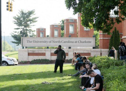 Sejumlah mahasiswa menunggu di dekat pintu masuk kampus setelah penembakan di kampus University of North Carolina Charlotte, 30 April.(Foto: AFP/France24)