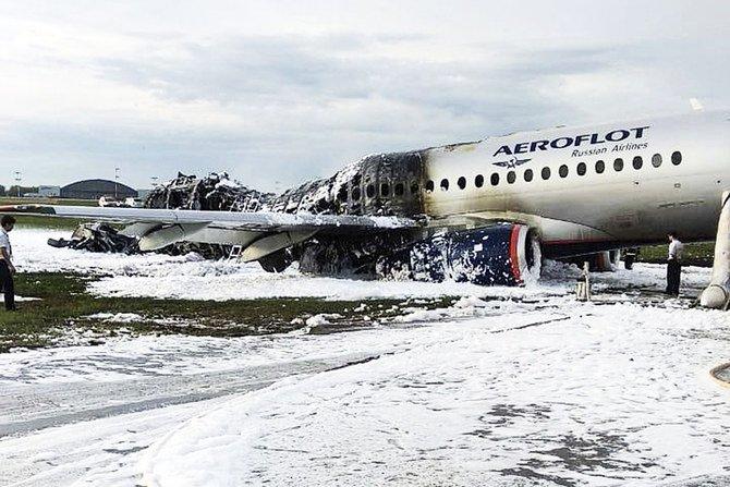 Pesawat Sukhoi SSJ100 dari maskapai Aeroflot setelah terbaka saat pendaratan darurat di bandara Sheremetyevo di Moskow, Minggu (5/5). (Foto:Kantor Berita Moskow via AP/Arab News)