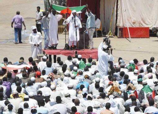 Para pengunjukrasa Sudan melakukan sholat Jumat di dekat markas militer di Khartoum saat dilakukan aksi duduk menuntut transisi pemerintah yang dipimpin warga sipil. (Foto: AFP/Arab News)