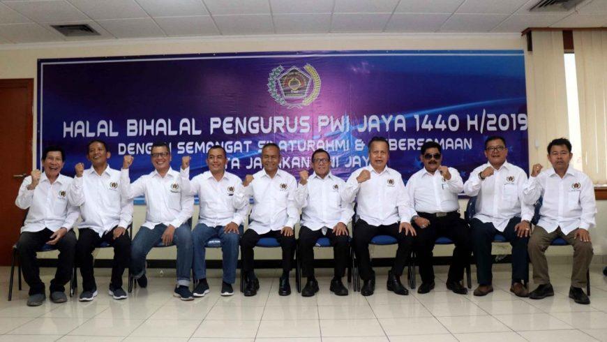 Jajaran pengurus teras PWI Jaya di bawah pimpinan Sayid Iskandarsyah foto bersama Wakil Ketua Dewan Pers Hendry Ch Bangun dan Ketua Umum PWI Pusat Atal S Depari. (Foto: File PWI Jaya)