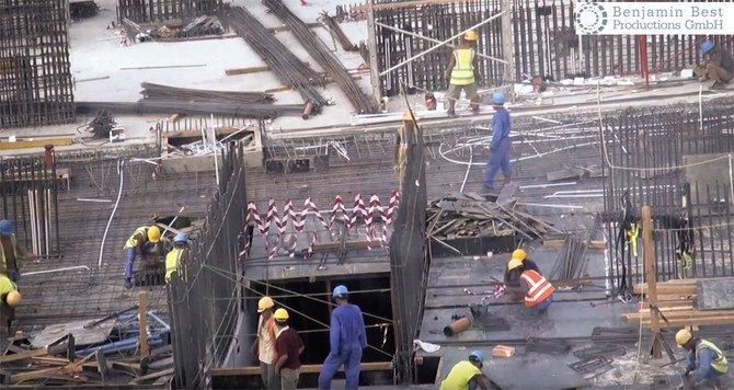 Dalam cuplikan dari video dokumenter WDR yang diposting di YouTube, pekerja asing terlihat bekerja di sebuah stadion yang sedang dibangun di Qatar dalam persiapan untuk Piala Dunia 2022. (Video Benjamin Best Productions GmbH via YouTube/Arab News)