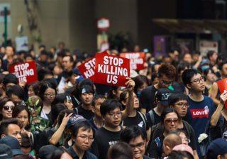 Para pengunjuk rasa yang turun ke jalan di Hong Kong. (Foto: Reuters/Al Jazeera)