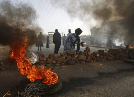 Para pemimpin protes meminta masyarakat untuk memblokir jalan-jalan utama dan jembatan sebagai balasan terhadap militer.(Foto: File AFP/Arab News)