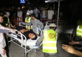 Petugas kesehatan Afghanistan membawa korban terluka ke rumah sakit. (Foto: EPA/BBC News)