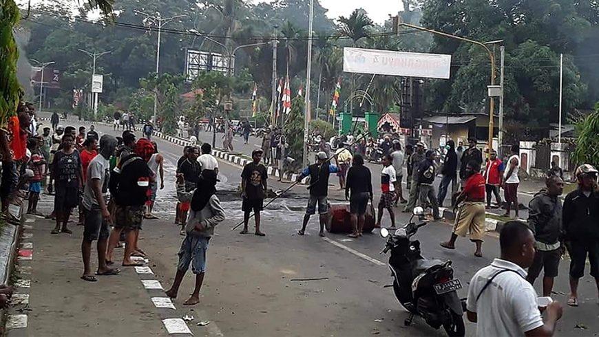 Para pengunjuk rasa turun ke jalan di Manokwari, Papua pada Senin 19 Agustus 2019. (Foto: AFP/Al Jazeera)