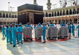 Petugas kebersihan membersihkan area Masjidil Haram, (Foto: Islam Daily)