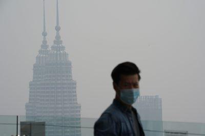 Menara Kembar Petronas yang terkenal di Kuala Lumpur nyaris tidak terlihat tertutup kabut asap. (Foto: AP/Al Jazeera)