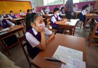 Para siswa menggunakan masker saat belajar. (Foto:Bernama.com)