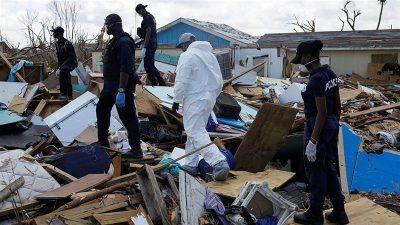 Petugas polisi mencari orang-orang yang kemungkinan telah tewas di lingkungan Mudd yang hancur setelah Badai Dorian menghantam Kepulauan Abaco di Marsh Harbour, Bahama. (Foto: Reuters/Al Jazeera)