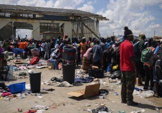 Ratusan orang yang terlantar akibat Badai Dorian berkumpul di sebuah pelabuhan yang berubah menjadi pusat distribusi dan evakuasi, di Pelabuhan Marsh, Bahama. (Foto: Getty Images/Washington Post/Al Jazeera)