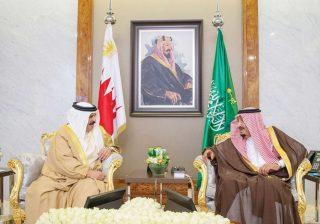Raja Saudi Salman dan Raja Bahrain, Hamad bin Isa Al-Khalifa, membicarakan perkembangan regional terbaru di Jeddah, Senin. (SPA/Arab News)