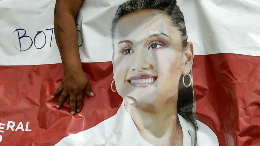 Seorang kerabat calon walikota yang terbunuh Karina Garcia memegang spanduk propaganda politiknya di Suarez, departemen Cauca, Kolombia, pada 2 September 2019.(Foto: AFP/France24)