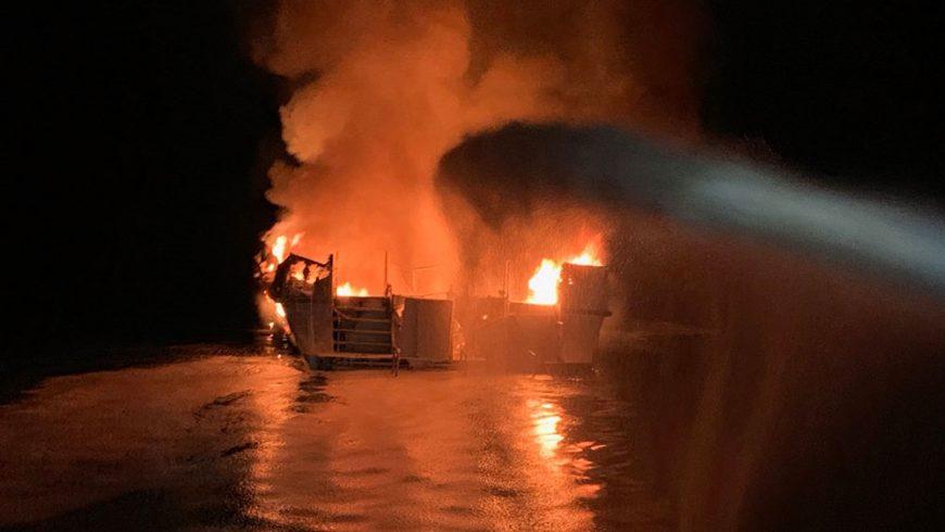 Dalam foto ini yang dirilis oleh Departemen Pemadam Kebakaran Ventura, petugas pemadam kebakaran berupaya memadamkan api di atas kapal di lepas pantai Pulau Santa Cruz, California (Foto: AFP/Al Jazeera)