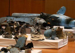 Senjata yang digunakan untuk menyerang Aramco diperlihatkan Kementerian Pertahanan Arab Saudi saat konferensi pers. Serangan Sabtu lalu itu diyakini melibatkan Iran. (Foto: AFP/Arab News)