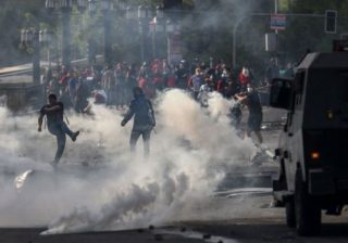Pengunjuk rasa terus bergerak pada hari Sabtu (19/10), meskipun dilakukan penyebaran militer.(Foto: AFP/BBC)