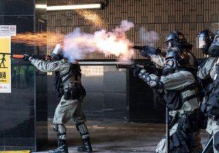 Polisi menembakkan gas air mata yang dibalas pengunjuk rasa dengan lemparan bom molootov. (Foto: Getty Images/BBC)
