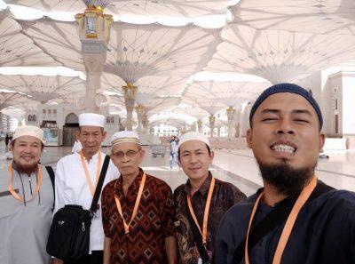 Di pelataran Masjid Nabawi. Di latar belakang tampak payung-payung raksasa untuk melindungi jamaah. (Foto: Istimewa/mimbar-rakyat.com)