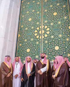Arab Saudi membutuhkan waktu puluhan tahun untuk mengatasi efek serangan terhadap Masjidil Haram. Putra Mahkota Mohammed bin Salman memeriksa ekspansi ke situs tersebut di Masjidil Haram Mekah, Februari lalu. (Foto: AFP/Arab News)