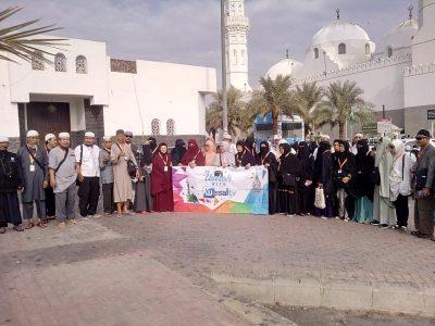 Rombongan jamaah umrah berfoto bersama di Masjid Quba. (Foto: Istimewa/mimbar-rakyat.com)
