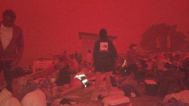 Warga dievakuasi ke pantai saat api menyapu Mallacoota.( Hak cipta gambar, Peter Hoskin/BBC News)