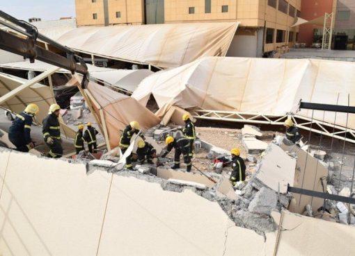 Regu pencarian dan penyelamatan berada di lokasi kecelakaan yang terjadi di Universitas Almaarefa di utara Riyadh. (Foto: Al-Ekhabriya dan Pertahanan Sipil Saudi Twitter @SaudiDCD/Arab News)