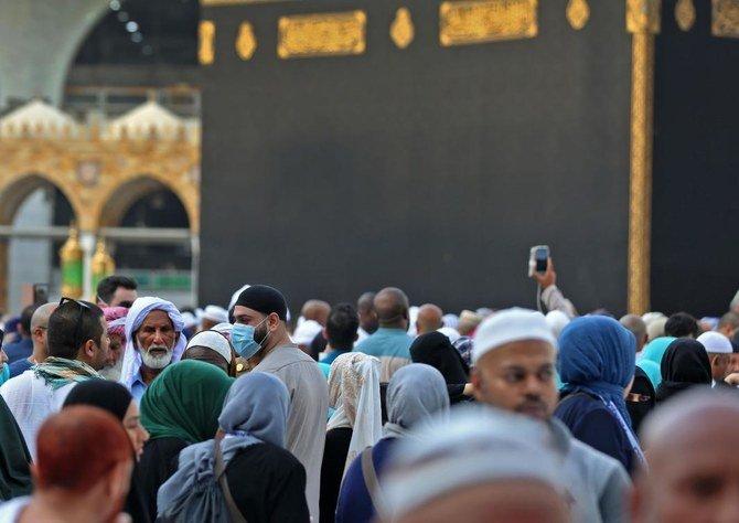 Jamaah mengenakan topeng di Masjidil Haram di kota suci Mekah, Arab Saudi, pada 28 Februari 2020. (Foto: AFP/Arab News)