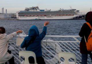 Kapal 115.000 ton itu telah merapat di kota pelabuhan Jepang Yokohama sejak 6 Februari, setelah dilaporkan bahwa seorang pria berusia 80 tahun, yang turun lebih awal di Hong Kong, telah dinyatakan positif terkena virus. (Foto: Reuters/Al Jazeera)