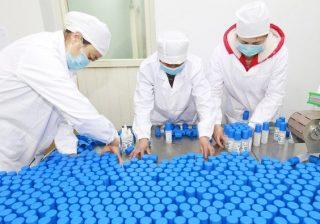 Para pekerja mengemas botol-botol desinfektan alkohol di sebuah pabrik di Suining di provinsi Sichuan, China barat daya, Selasa, 11 Februari 2020. (Foto: AP/Arab News)