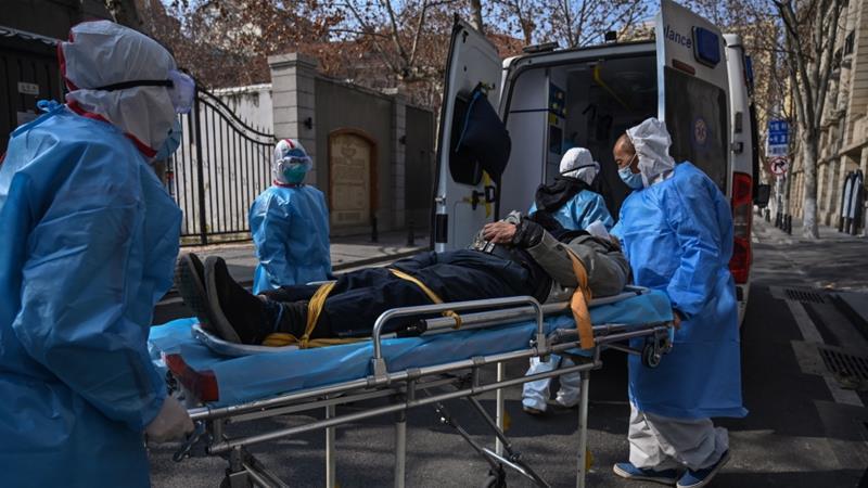 Staf medis dalam pakaian pelindung membawa seorang pasien yang diduga terserang virus di sebuah apartemen di Wuhan, ibu kota provinsi Hubei. Sekitar 242 orang di Hubei meninggal akibat infeksi pada hari Rabu. (Foto: AFP/Al Jazeer)