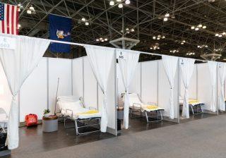 Ruang rumah sakit darurat di pusat ruang pertemuan, yang diubah menjadi rumah sakit, di New York. (Foto: Reuter/Al Jazeera)