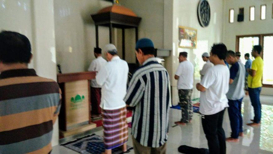 Jamaah shalat berjamaah di salah satu masjid di Perumnas 3 Bekasi Timur, Kota Bekasi, diharuskan menjaga jarak antara jamaah sesuai ketentuan yang ditetapkan DKM setempat, seperti terlihat dalam gambar. (Foto: mimbar-rakyat.com)