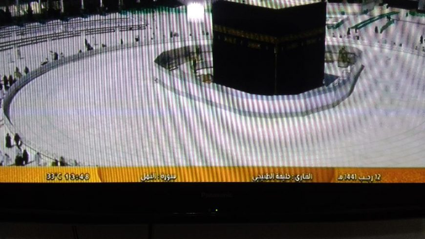 Pemandangan menunjukkan hamparan ubin putih kosong yang mengelilingi Ka'bah di Masjidil Haram pada 7 Maret 2020. (Foto: Istimewa))