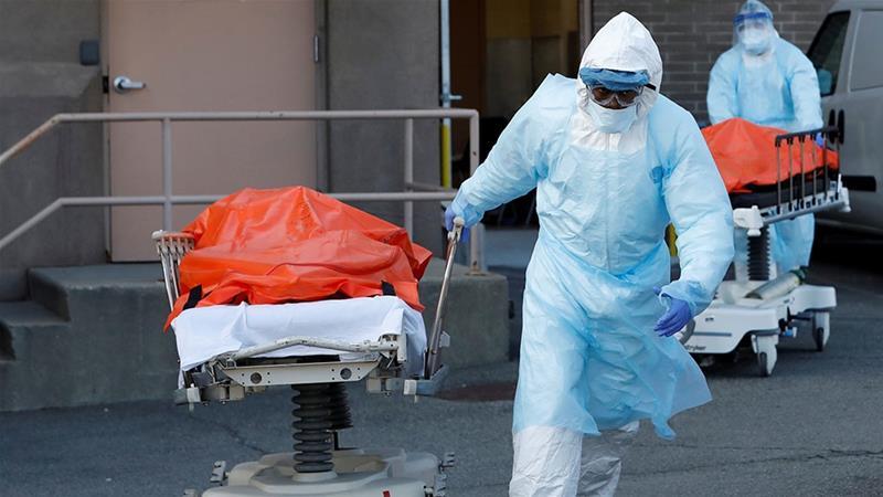 Petugas kesehatan membawa mayat orang yang meninggal di Wyckoff Heights Medical Center berkaitan dengan wabah penyakit coronavirus (COVID-19) di wilayah Brooklyn di New York City, New York. (Foto: Reuters/Al Jazeera)