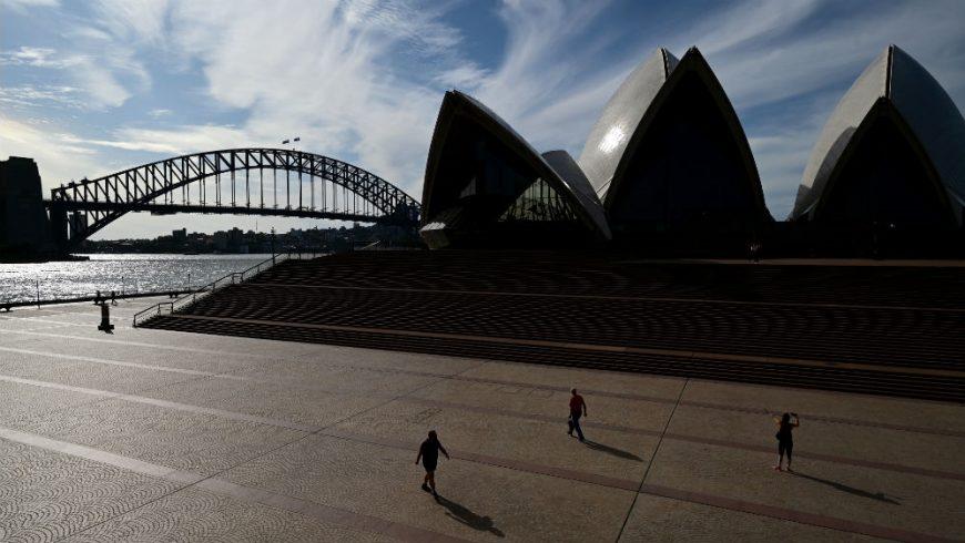 Alun-alun di depan Gedung Opera House Sydney sepi ditinggalkan masyarakat, di tengah kuncian pemerintah di Australia yang telah membantu memperlambat penyebaran virus corona. (Foto:EPA/Al Jazeera)