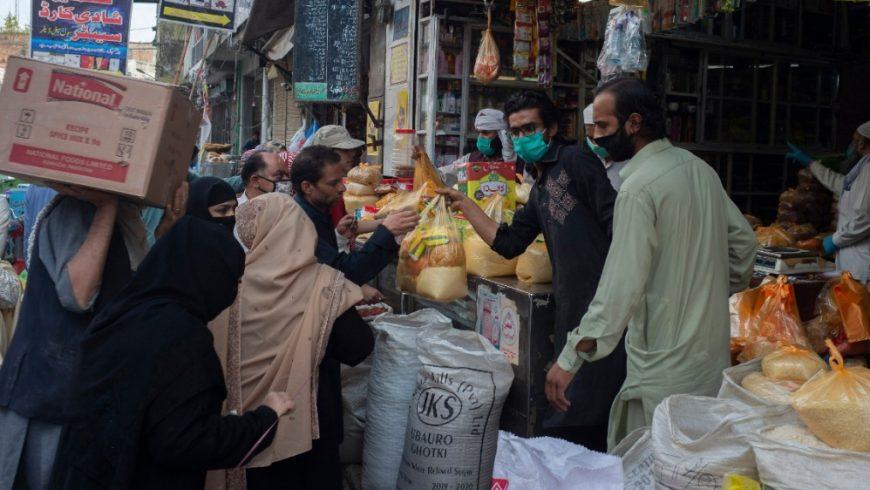 Pemerintah Pakistan telah membagikan sekitar $US 70 kepada lebih dari 10 juta keluarga yang paling terpukul oleh penguncian dampak virus corona. Gambar menunjukkan aktivitas masyaraat Pakistan di sebuah pasar. (Foto: AP/Al Jazeera)