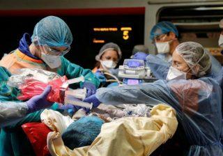 Jumlah orang yang sekarang didiagnosis terpapar coronavirus mencapai satu juta, membuat tekanan besar pada layanan kesehatan di seluruh dunia. Gambar menunjukan tim medis saat menangani pasien. (Foto: Pool via Reuters/Al Jazeera)