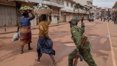 Polisi Uganda mengusir pedagang yang masih beroperasi di jalan-jalan.(Foto: AFP/BBC)