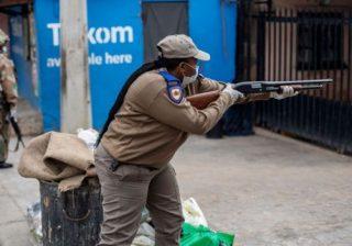 Polisi dan tentara telah dikerahkan di Afrika Selatan untuk memberlakukan keadaan darurat. (Foto: AFP/BBC)